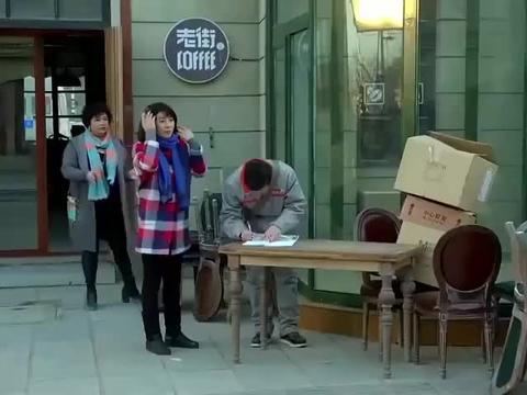 妈妈:黑老大带人砸饭店,谁知小伙一抬头,黑老大当场跪下!