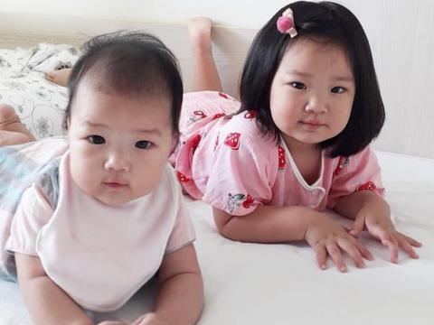 李亚男晒与小女儿甜蜜母女合影,一对女儿相当可爱