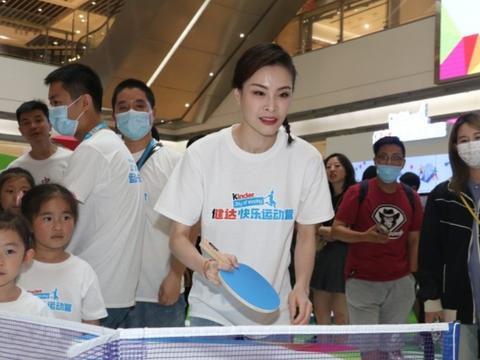 奥运冠军吴敏霞原来这么嫩,简单白T都能穿出小女孩气质,太年轻