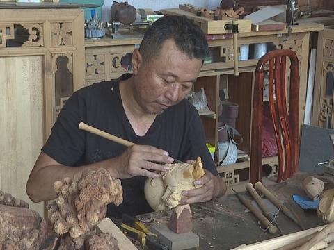 """""""木雕清刀""""传承人:延续手工艺 更需年轻人加入"""