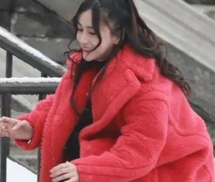 baby在雪中玩耍,当看到近距离的她后,确定是生过孩子的人?