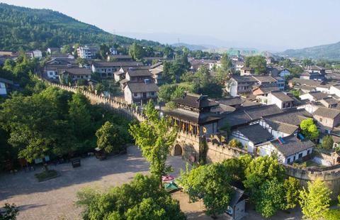 四川一座四面环山,三面临水,遗迹众多的古城