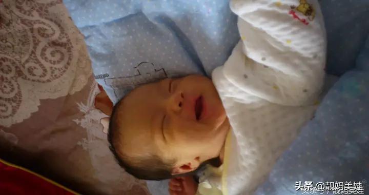 1月女宝突发高烧,当医生在检查宝宝胸口后,当场怒斥宝妈太无知