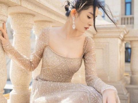 杨幂穿低胸长裙亮相,走红毯成为全场焦点,有几分东方女王的味道