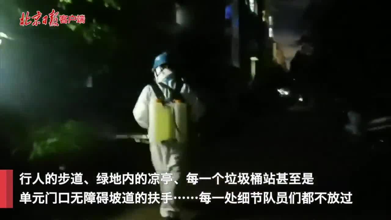 房山蓝天救援队队员为封闭小区进行消杀