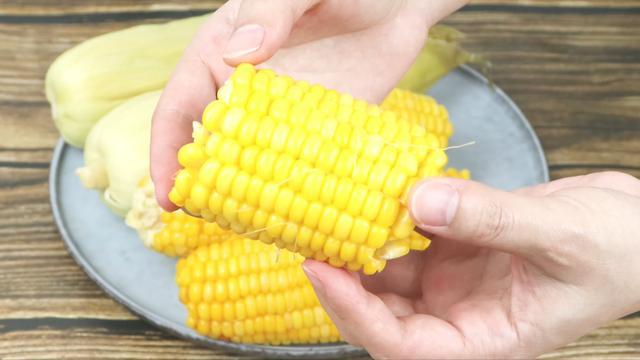 直接上锅蒸玉米就错了,教你2个小窍门,蒸出来的玉米又香又甜