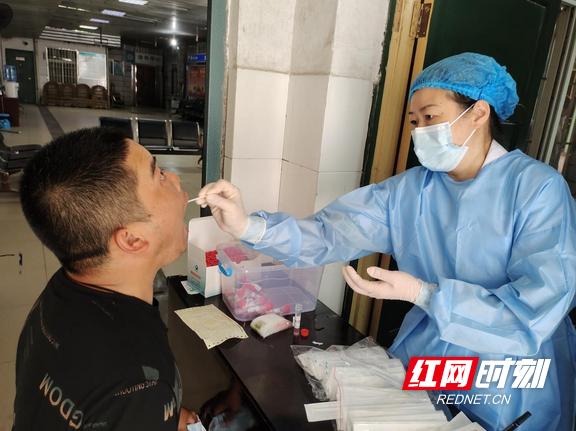 娄底市第二人民医院为河南防汛救灾归来蓝天救援队员进行核酸检测