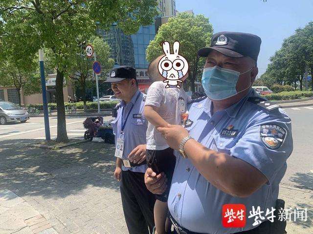 """3岁幼童烈日下走失""""警察爷爷""""抱其找妈妈"""