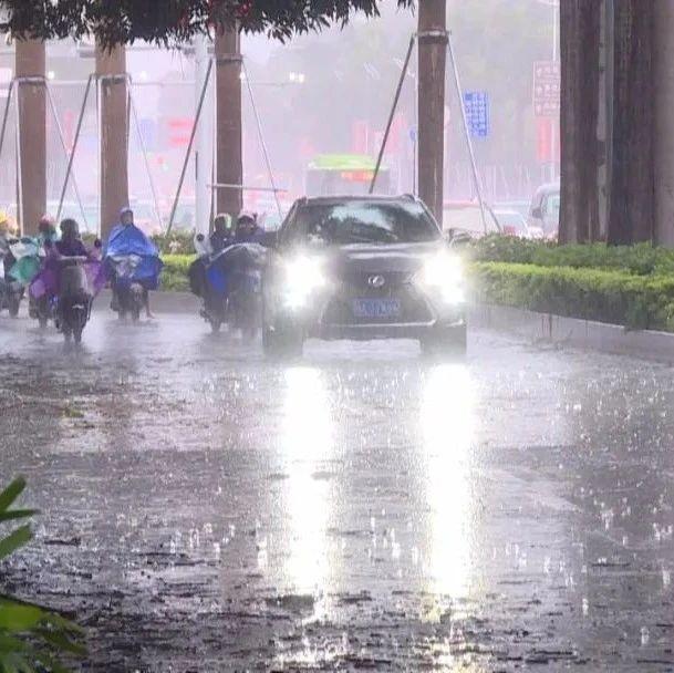 受南海热带低压影响,广西多地出现狂风暴雨