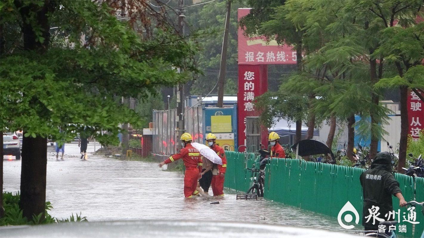 暴雨致杏锦站地铁口严重积水 厦门消防及时救援