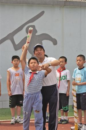 小学体育老师举办18届迷你奥运:自制器材 模拟开幕式