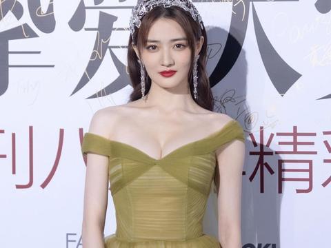 徐璐又美出国际范,一袭薄纱连衣裙轻盈飘逸,高贵浪漫宛如小公主