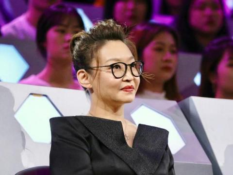 她是祖峰之妻,曾被张艺谋嫌弃长相,硬生生把自己逼成中戏老师