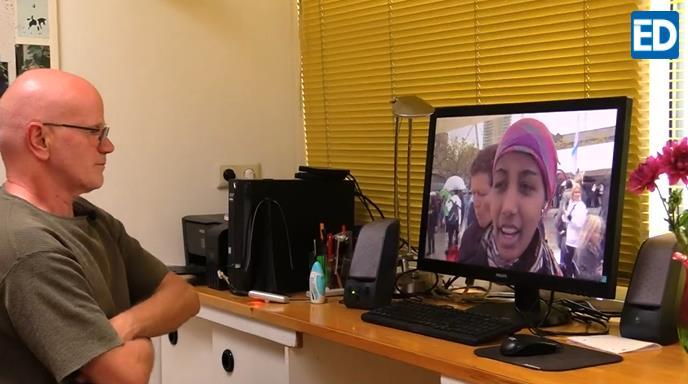范胡塞尔给《埃因霍温日报》记者展示哈桑年轻时的视频。