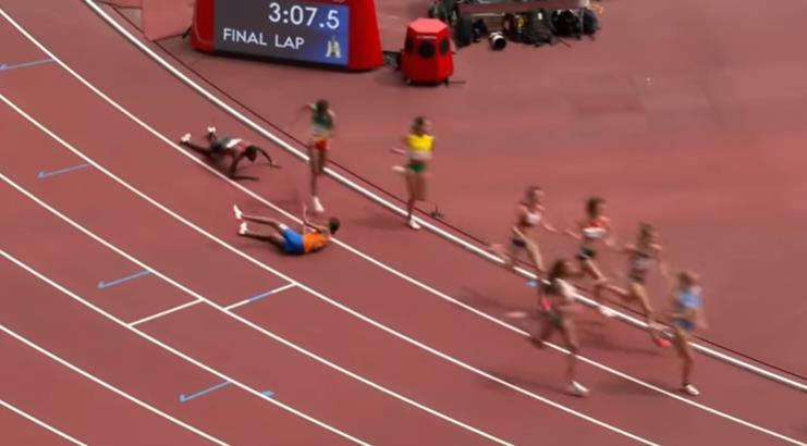 哈桑(橙色上衣)在1500米最后一圈摔倒。视频截图