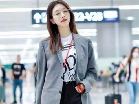 江疏影衣品真好,格子西装+短裤穿出高级感,色调清爽很适合夏天