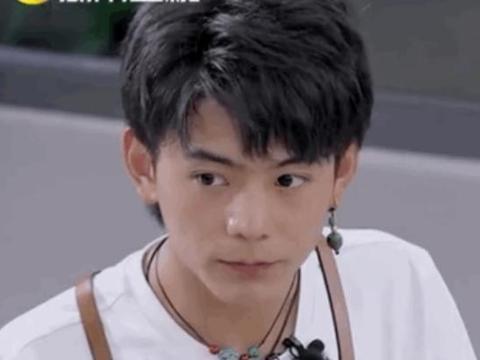 黄晓明专注吃西瓜,把旁边的丁真看傻眼了,网友:太有代入感了吧
