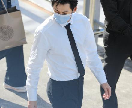 张哲瀚大背头白衬衫黑领带,气质优雅高贵,背影充满了安全感!