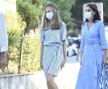 西班牙国王四口齐聚!48岁莱后穿蓝裙好文艺,母女三人真像姐妹花