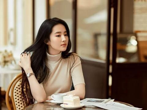 刘亦菲穿针织衫太柔媚了!雪肤玉貌靓丽多姿魅力十足