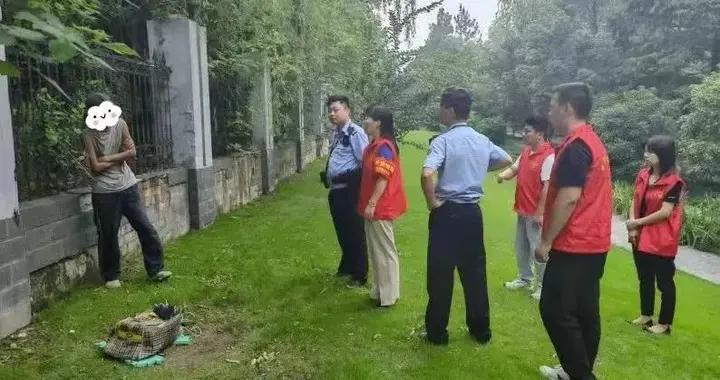 杭州街头,东北老妈死死抱住30岁儿子!出走6年,母子再见他却说不认识