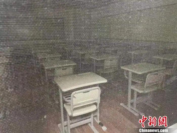 在北京海淀黄庄地区,透过纱窗可见某培训机构空荡荡的教室。中新网 任靖 摄