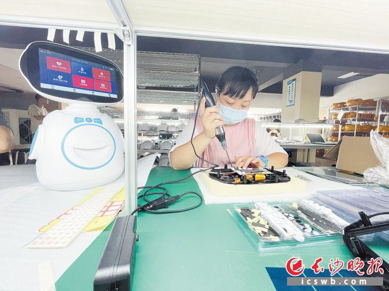 湖南超能紧盯智慧大健康 晨检机器人守护3000余家幼儿园