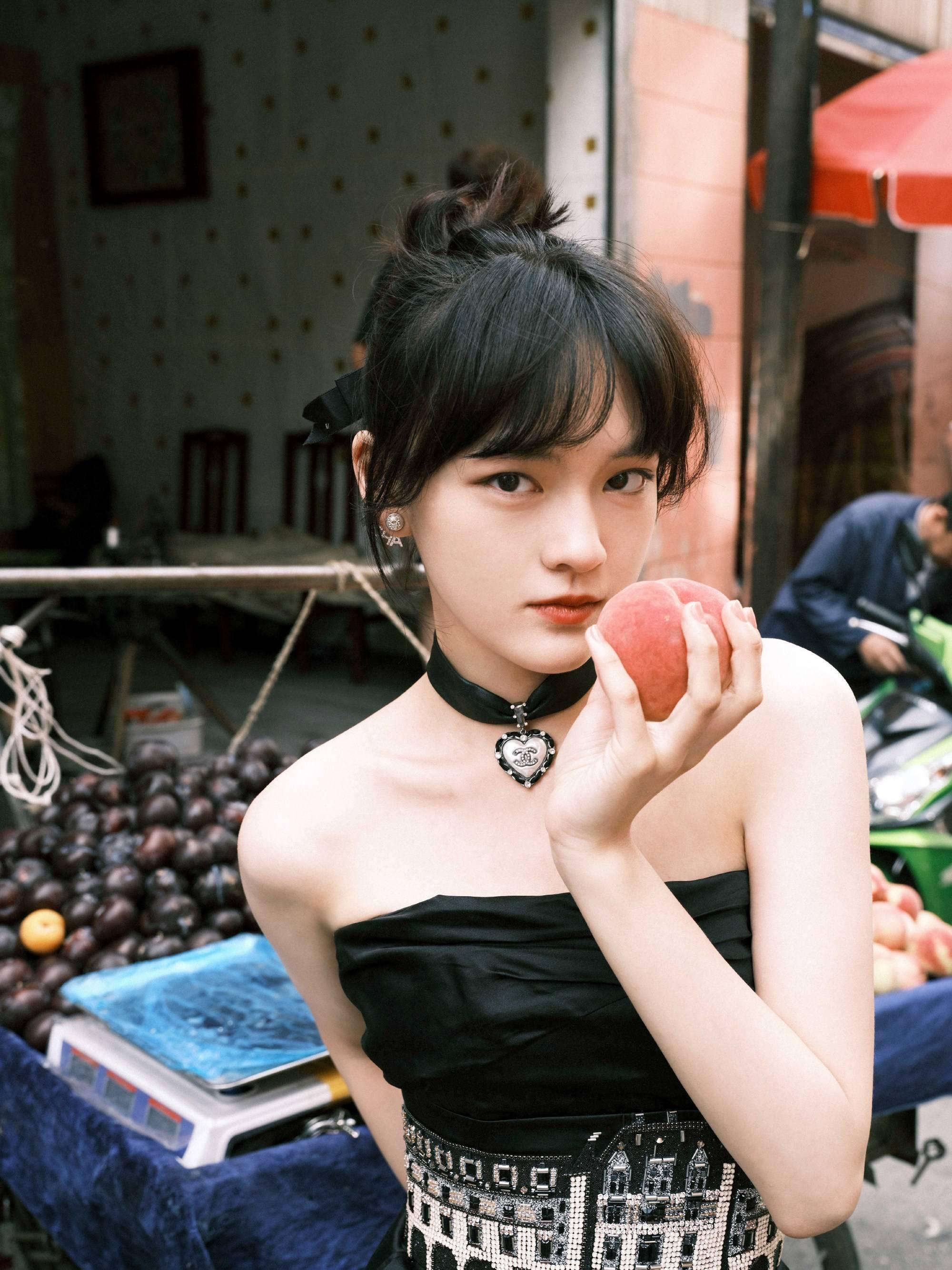 文淇穿黑色礼裙 挑雪糕买桃子悠闲惬意