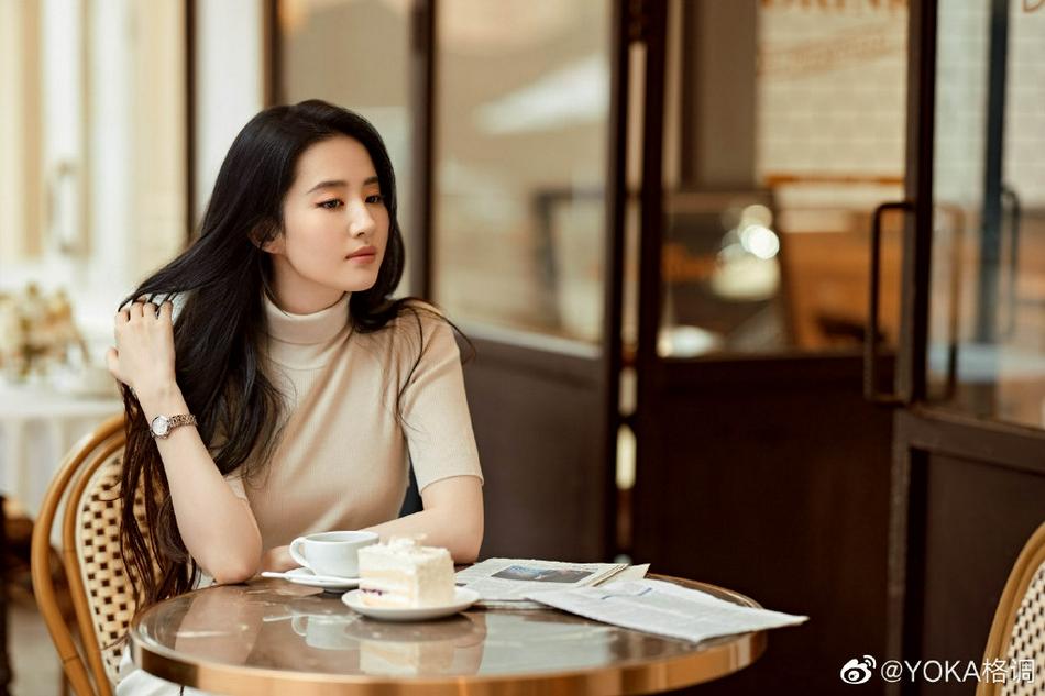 刘亦菲穿针织衫优雅干练 随手撩发尽显温柔气质