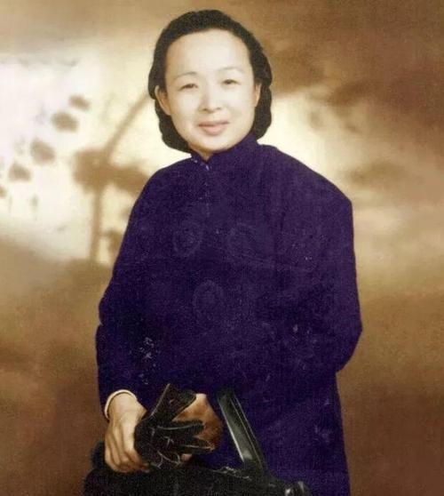 谢晋元遗孀,为八百壮士的生活求老蒋未果,亲自带上百人办厂自救