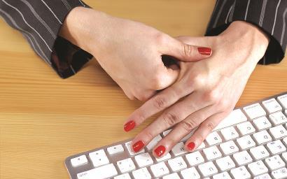 """大拇指隐隐作痛?当心患上""""妈妈手"""""""
