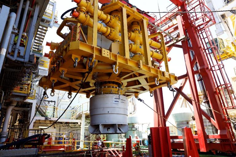 我国首套水下应急封井器深水海试成功:井喷事故处置终极武器