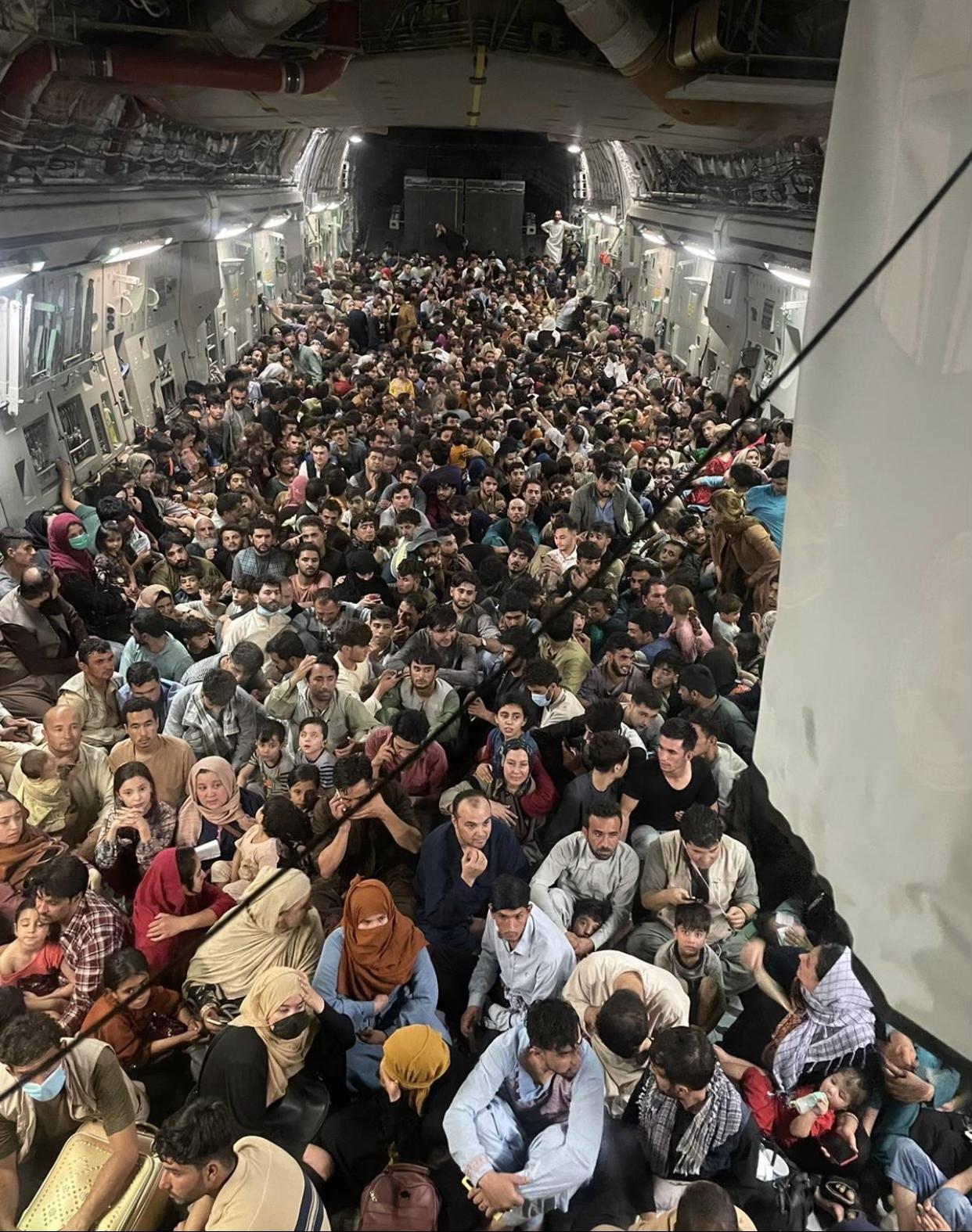 """640人""""塞在""""美国空军C-17运输机机舱内"""