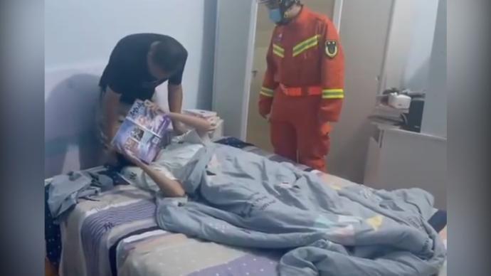 男孩与家人吵架后反锁房间三天三夜 消防破门发现男孩在看书