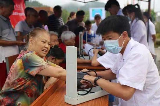 同济大学医学院星源实践团队为江西省井冈山市龙市镇居民测量血压。同济大学供图