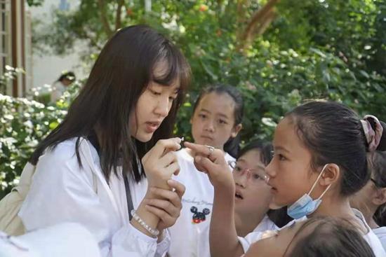 清华大学美术学院美育支教队在云南省南涧彝族自治县带领孩子们认识植物。清华大学陈龙/摄