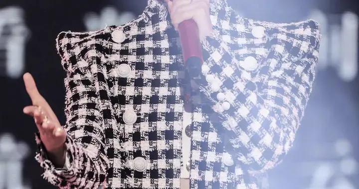 李宇春也有性格的一面,抹胸配千鸟格套装,小蛮腰好细