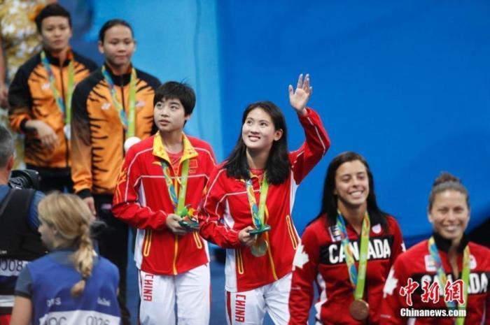 2016里约奥运跳水女子双人十米台,中国选手陈若琳/刘惠瑕以354.00分获得冠军。这也是陈若琳收获的第五枚奥运金牌。中新网记者 杜洋 摄