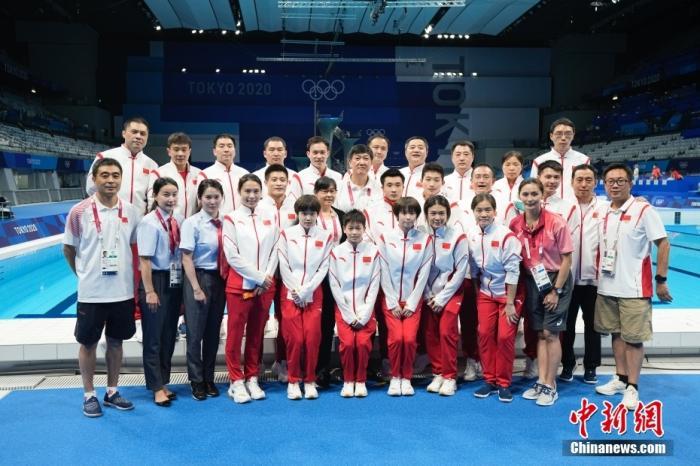 8月7日,东京奥运会跳水比赛全部结束后,中国跳水队集体合影。中国跳水队在本届奥运会取得7金5银的佳绩。中新社记者 杜洋 摄