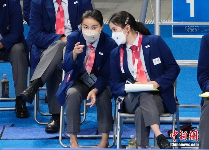 8月5日,在东京奥运会跳水项目女子10米跳台决赛中,中国选手全红婵466.20分夺得冠军,陈芋汐425.40分获得银牌。图为郭晶晶(前左)与陈若琳在比赛现场交流。中新社记者 杜洋 摄