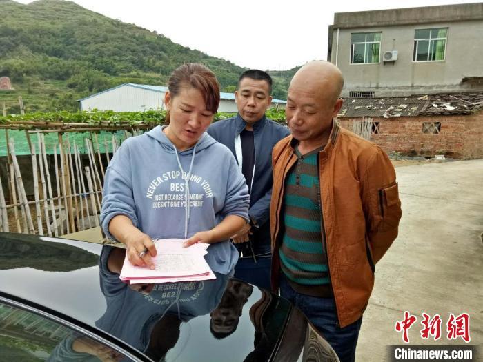 图为孙丽美(左一)入户走访宣传(资料图片)。 霞浦县融媒体中心 供图