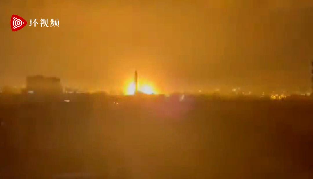 以色列深夜空袭加沙地带 炸弹落地瞬间夜空被照亮