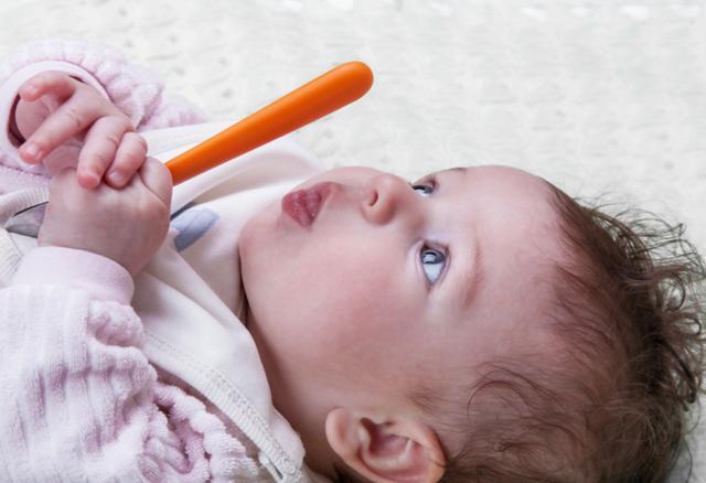 """小婴儿总想用手""""打妈妈""""?他们不是讨厌你,而是在向你表达喜欢"""