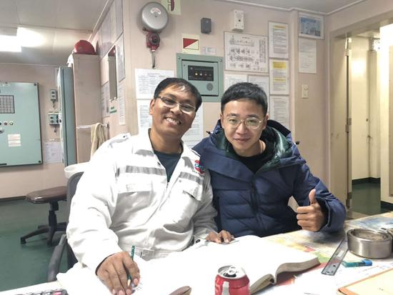 吴玄烨(右)和印尼同事。受访者供图