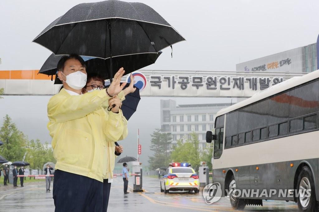 姜声国迎接阿富汗入境人员 图源:韩联社