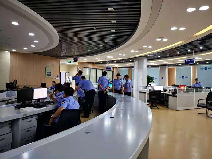 长沙市反电诈中心,民警正在值班。