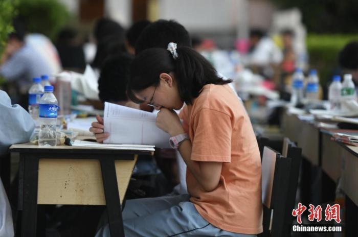 资料图:学生在进行例行考试。 中新社记者 刘冉阳 摄