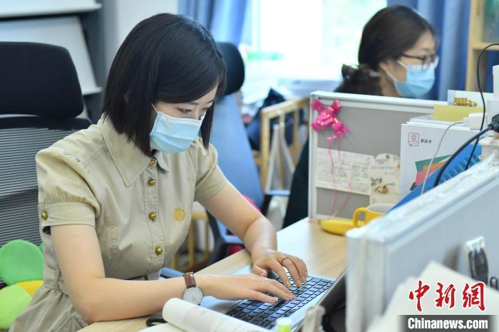资料图:中学的教师正在备课。 中新社记者 田雨昊 摄