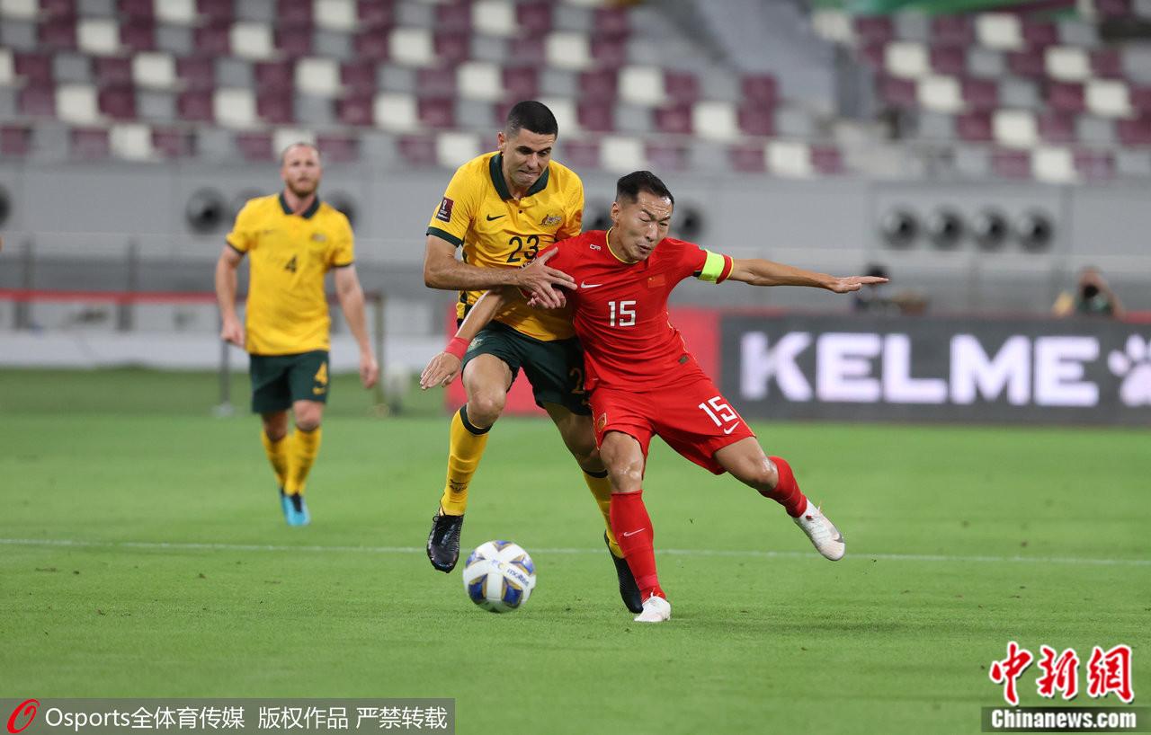 吴曦(右)与对手对抗。图片来源:Osports全体育图片社