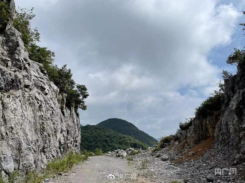 荒废的公路自行车赛道,如今只剩下路基上的石子